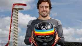 Fernando Alonso con su casco en McLaren Honda