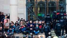 Decenas de encadenados impiden la entrada al TSJC