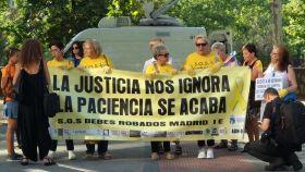 Los miembros de la Asociación de bebés robados a las puertas del Tribunal Superior de Justicia de Madrid.