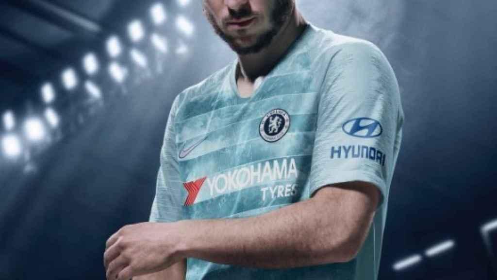 Hazard posa con la nueva camiseta del Chelsea.