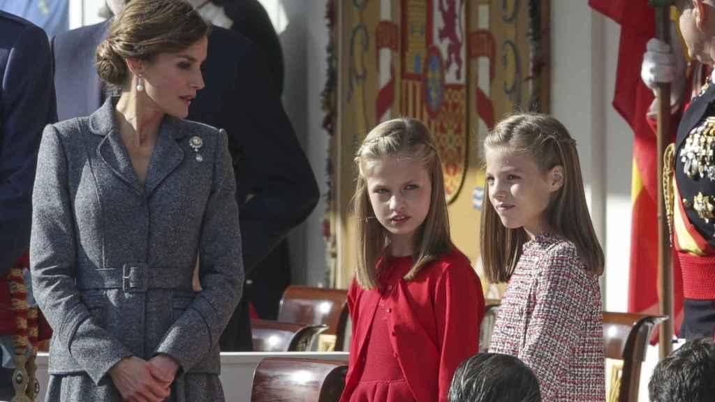 La reina Letizia y sus hijas en el desfile militar del 12 de octubre.