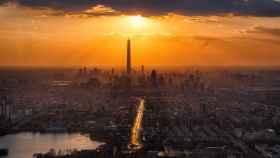 Puesta de sol sobre el skyline de una metrópolis asiática