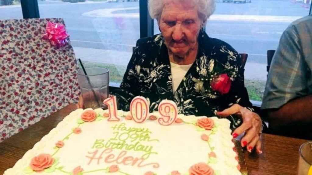 Helen Self celebrando su cumpleaños en el restaurante