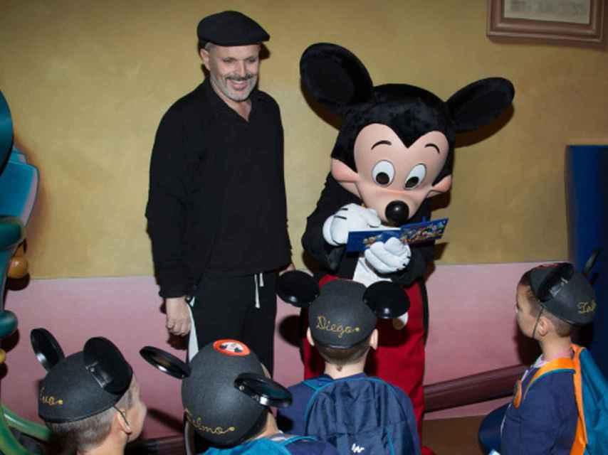 Miguel Bosé durante una visita a Disneylandia con sus hijos.