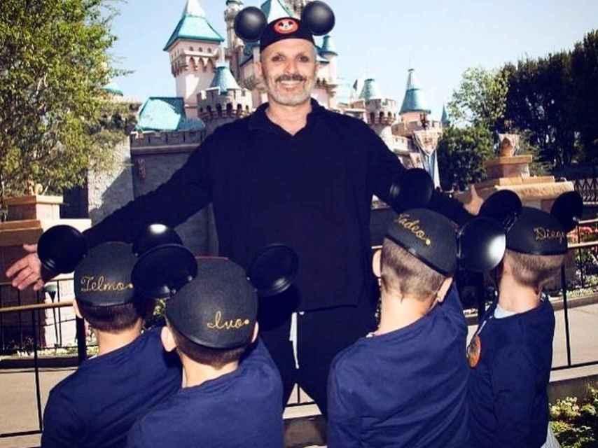 Miguel Bosé junto a sus cuatro hijos en Disneyland París.