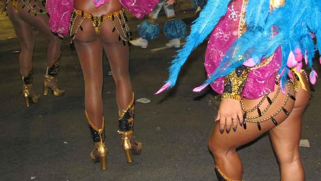 Dos traseros brasileños danzando durante el Carnaval.