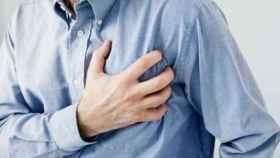 Un hombre se echa la mano al corazón tras un infarto.