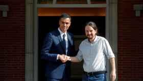 Sánchez e Iglesias posan para los fotógrafos antes de su reunión.