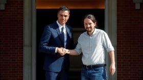 Sánchez e Iglesias posan para los fotógrafos antes de una reunión.