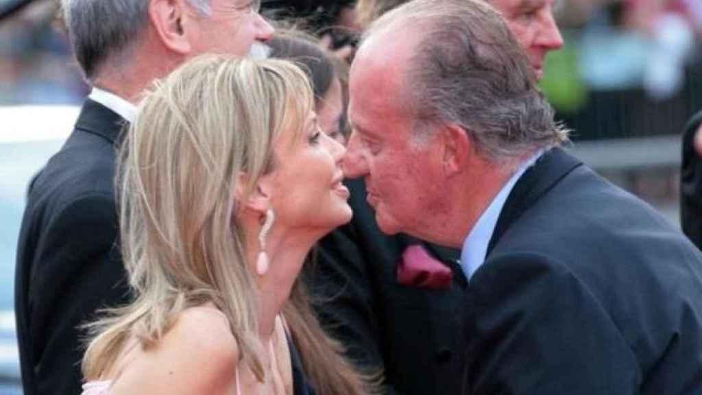 Juan Carlos I saluda a Corinna Larsen en un acto