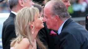 Juan Carlos I saluda a Corinna Larsen en un acto./