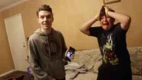La broma más cruel: hacen creer a su hermano pequeño que es invisible