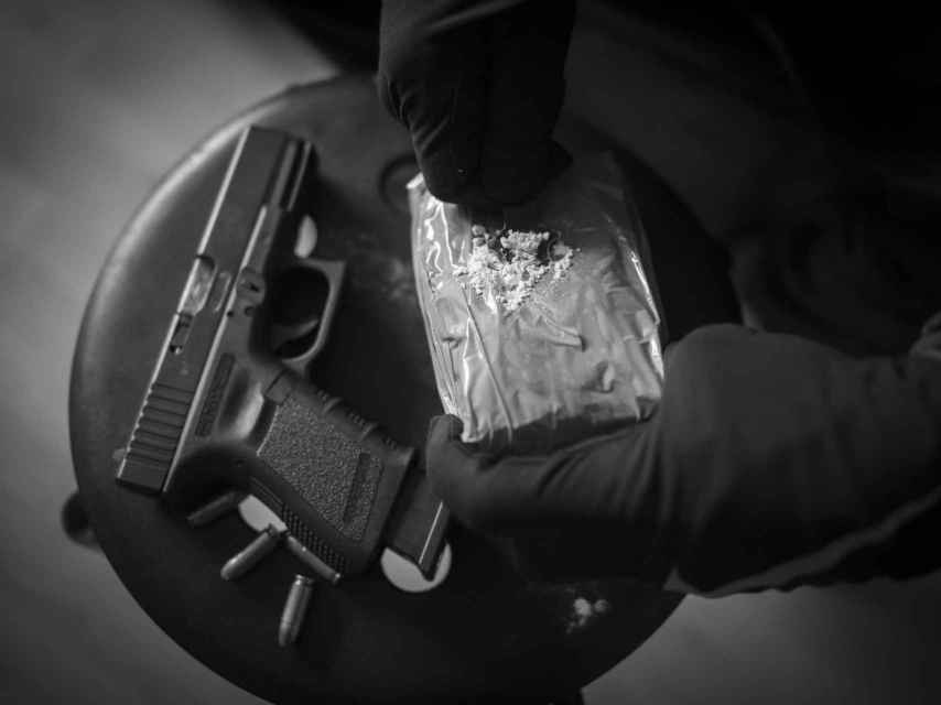 EL ESPAÑOL fue testigo de cómo un hombre armado recogió un kilo de cocaína en una casa del sur de Madrid.