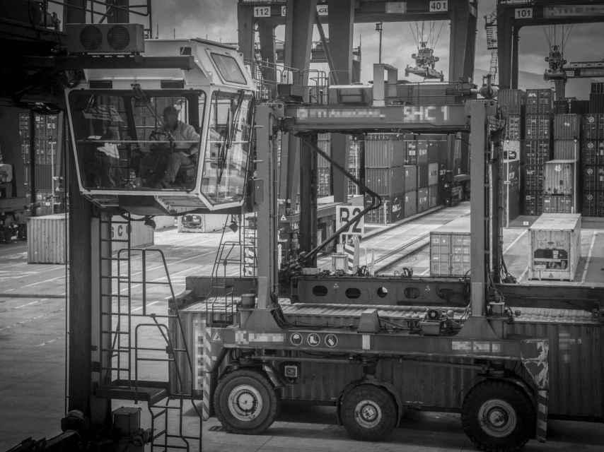 Un gruista trabajando en el puerto de Algeciras (Cádiz), instalación de tráfico de mercancías convertida en coladero de cocaína en España.