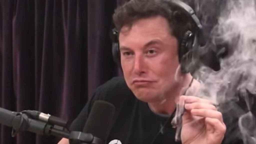 Elon Musk se fuma un porro de marihuana.