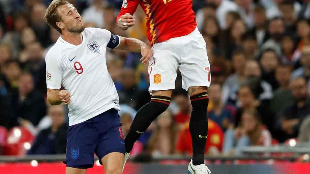 Sergio Ramos disputa un balón con Kane.