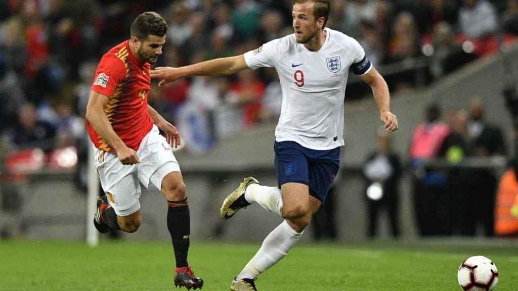 Nacho Fernández disputa un balón con Harry Kane en el Inglaterra - España