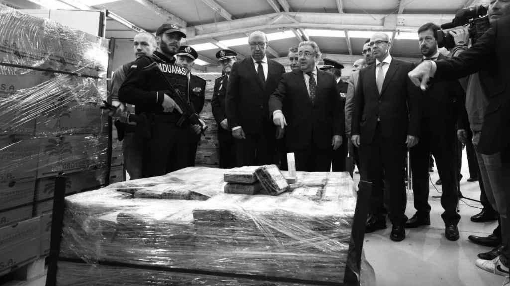 El exministro del Interior Juan Ignacio Zoido ante el alijo de casi nueve toneladas de cocaína incautadas en el puerto de Algeciras (Cádiz) a finales de abril de 2018.