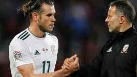 Bale se saluda con Giggs