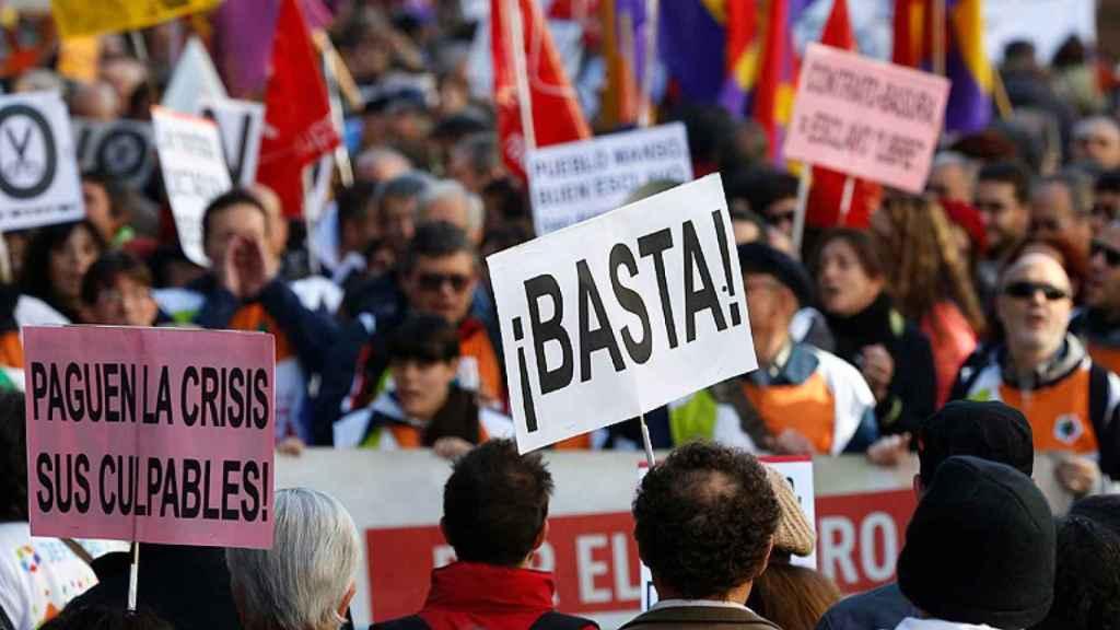 Manifestaciones multitudinarias contra la gestión de la crisis. EFE.