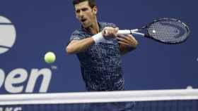 Djokovic, golpeando una derecha en la final ante del Potro.