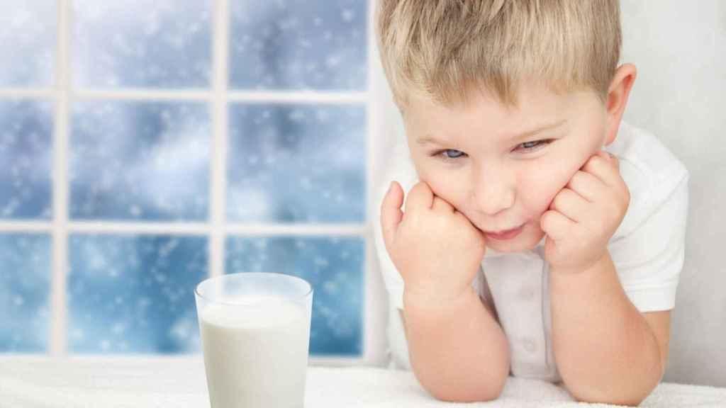 Un niño se 'enfrenta' a un vaso de leche.