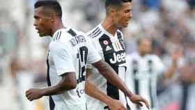 Alex Sandro, junto a Cristiano Ronaldo