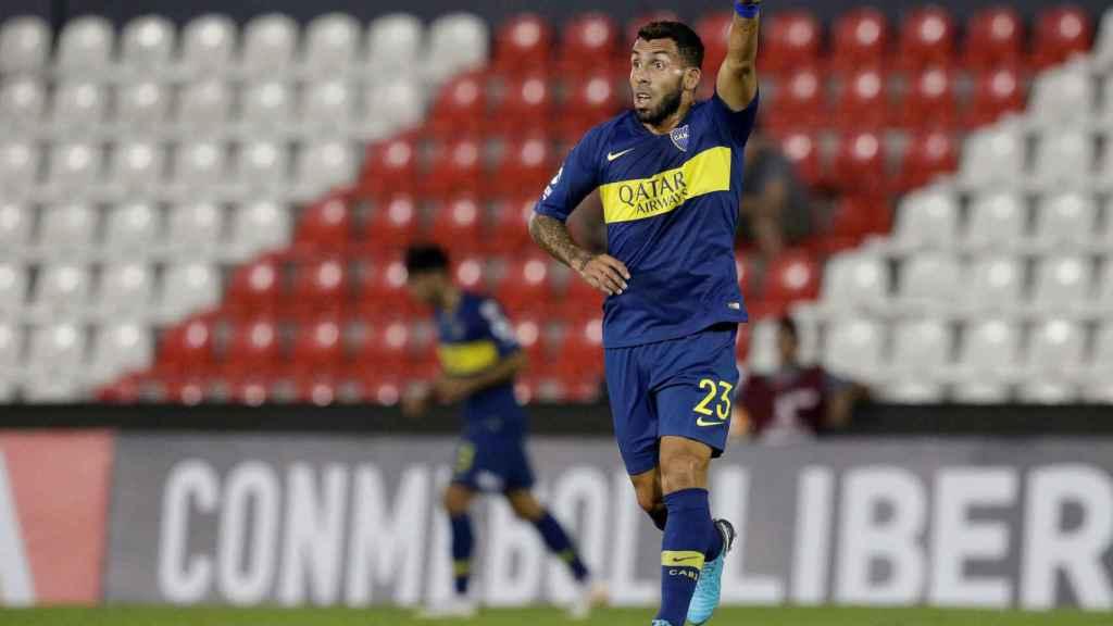 Tevez pide el balón durante un partido