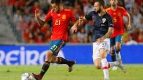 Ceballos con el balón contra Croacia