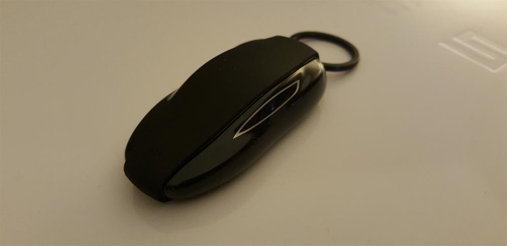 llave tesla con forma de coche