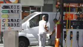Dos personas en una gasolinera.