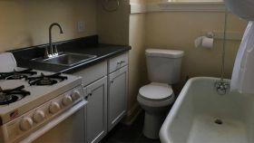 El curioso baño-cocina de este apartamento estadounidense.