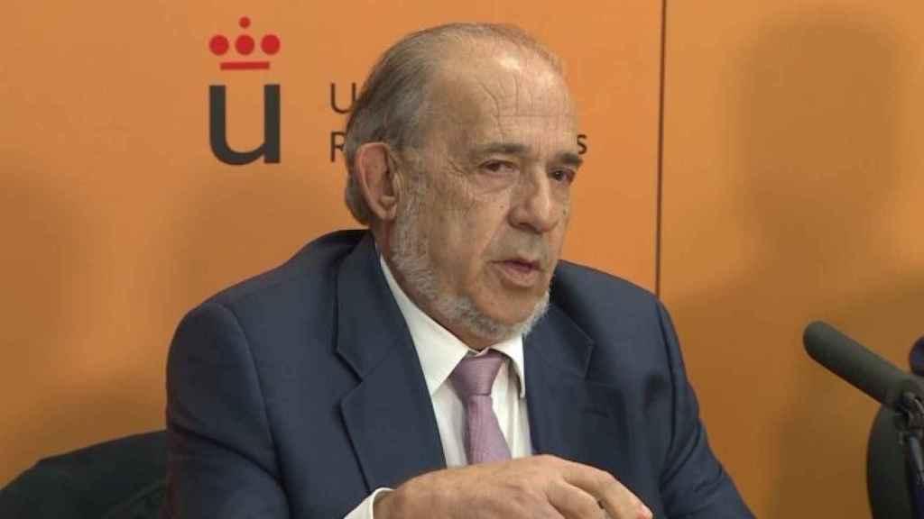 El catedrático Enrique Álvarez Conde durante una rueda de prensa.