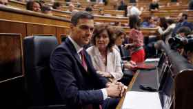 Pedro Sánchez, junto a la vicepresidenta, Carmen Calvo.