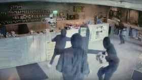 Un vendedor de marihuana rechaza a unos ladrones usando una cachimba como arma