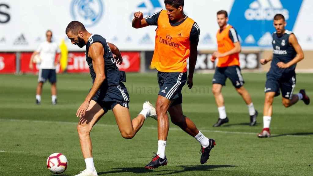 Benzema y Varane durante el entrenamiento
