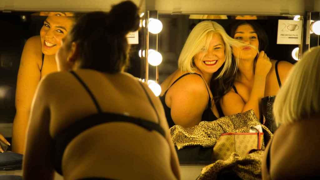Las modelos se retocan el peinado frente a un espejo de la zona de camerinos.