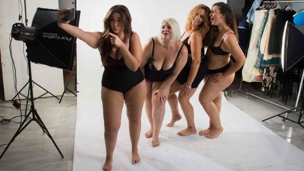 Las modelos haciéndose un 'selfie' al finalizar la sesión.