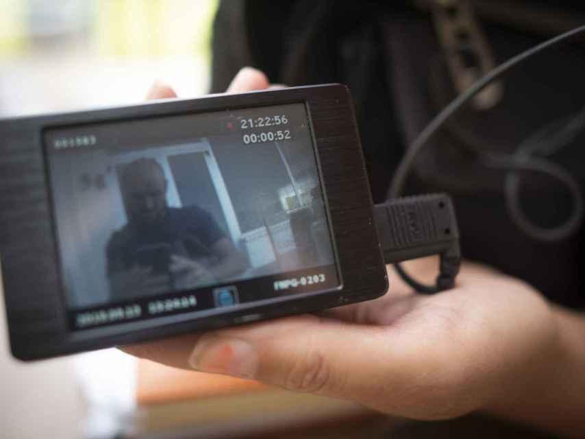 A través de la cámara que siempre lleva oculta en el bolso, la detective Raquel Menacho llegó a grabar al reportero sin que él se percatara.