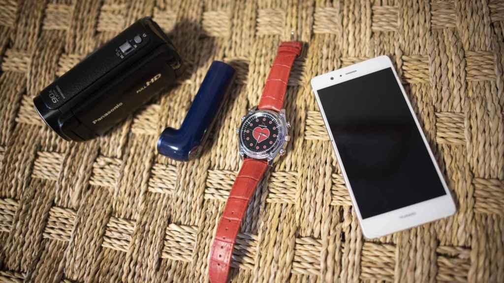 Los detectives usan cámaras que controlan mediante aplicaciones instaladas en teléfonos móviles. También otras que vienen ocultas en relojes o en artefactos con forma de inhaladores.