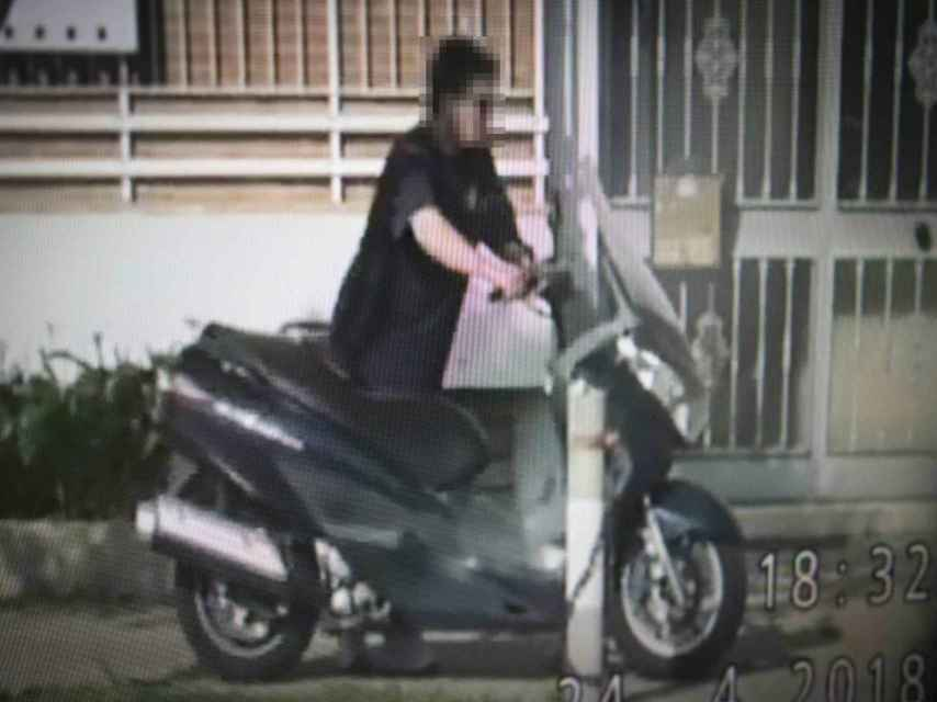 El hombre de la imagen decía que sufría fuertes dolores en ambas muñecas. Un detective le siguió durante varios días y comprobó que no era cierto ya que podía conducir motocicletas.