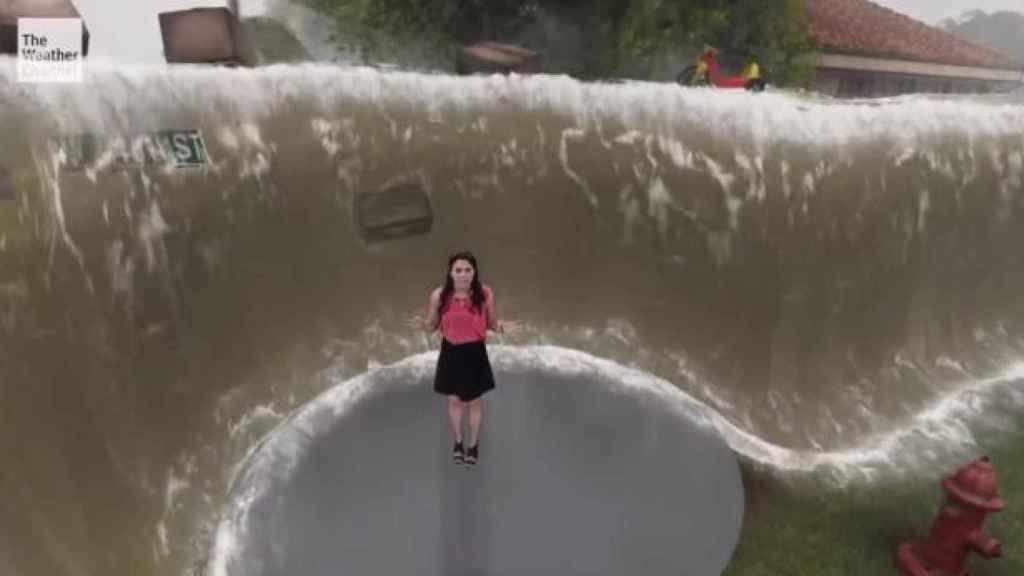 Otra de las presentadoras en The Weather Channel, rodeada por olas virtuales