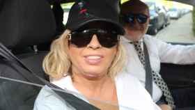 Carmen Borrego atendiendo a la prensa a la salida de la frutería.