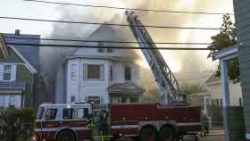 Bomberos combaten un incendio en Lawrence, Massachusetts.