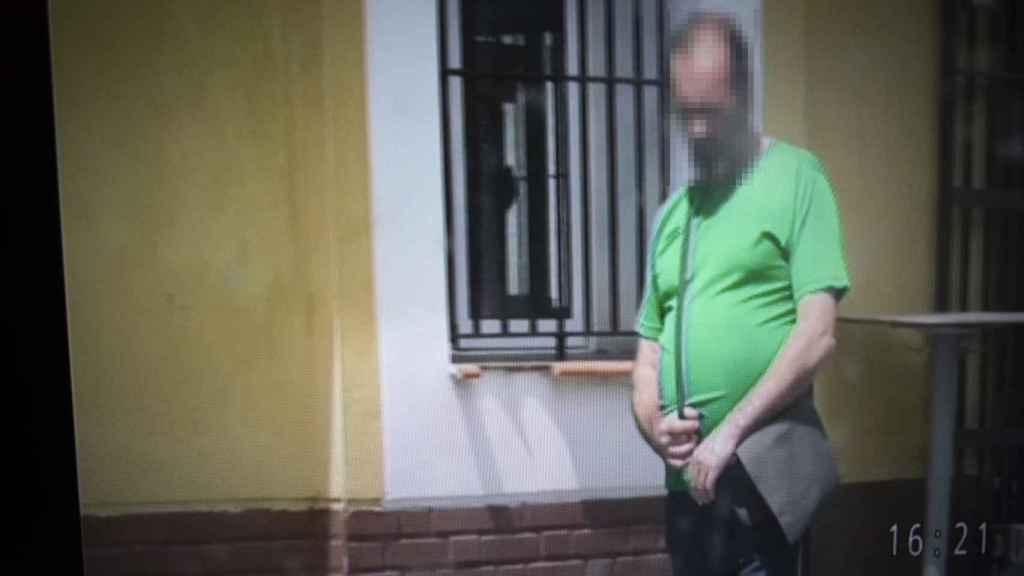 Uno de los falsos enfermos descubiertos por detectives en la provincia de Cádiz. Pese a decir que no tenía movilidad ni fuerza en uno de sus brazos, se le vio trabajando en un taller ilegal como mecánico de coches.