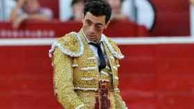 Paco Ureña, con el ojo totalmente cerrado por la cornada, camina hacia el toro, en Albacete.