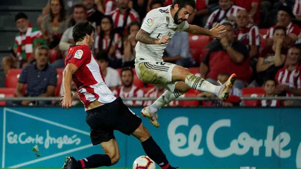 Isco intenta marcharse de Mikel San José durante el Athletic - Real Madrid