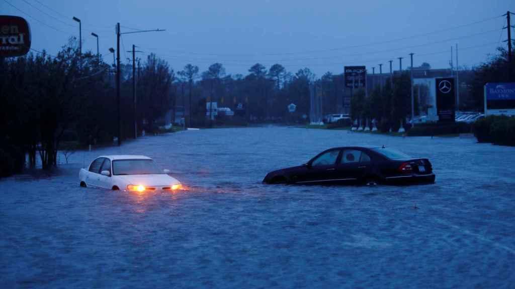 Vehículos abandonados medio sumergidos por las inundaciones en Carolina del Norte.