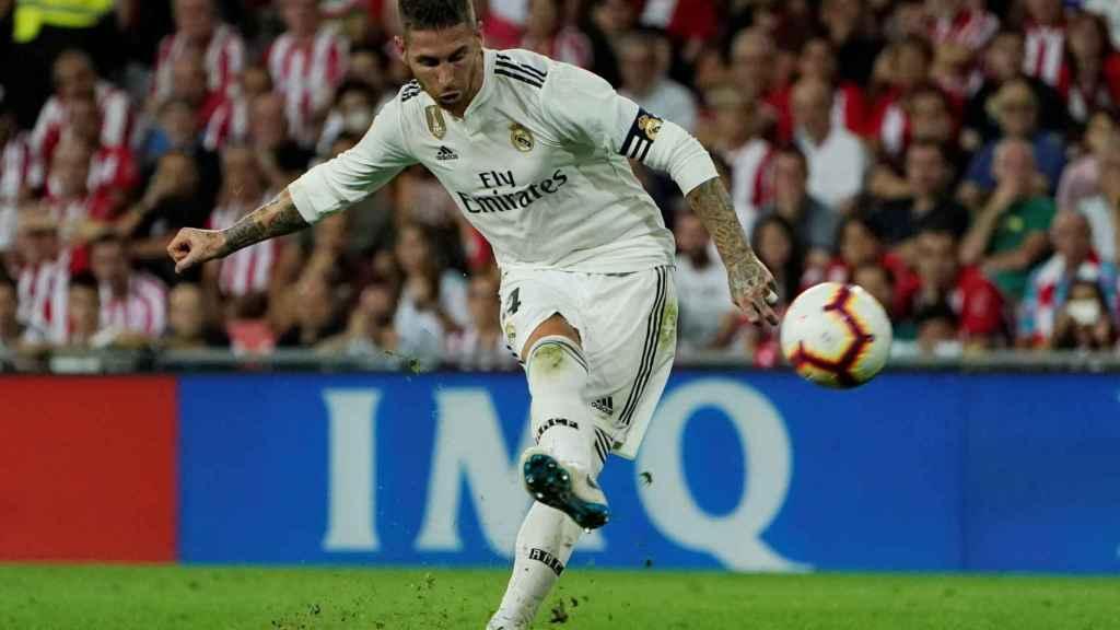 Sergio Ramos disparando una falta desde fuera del área