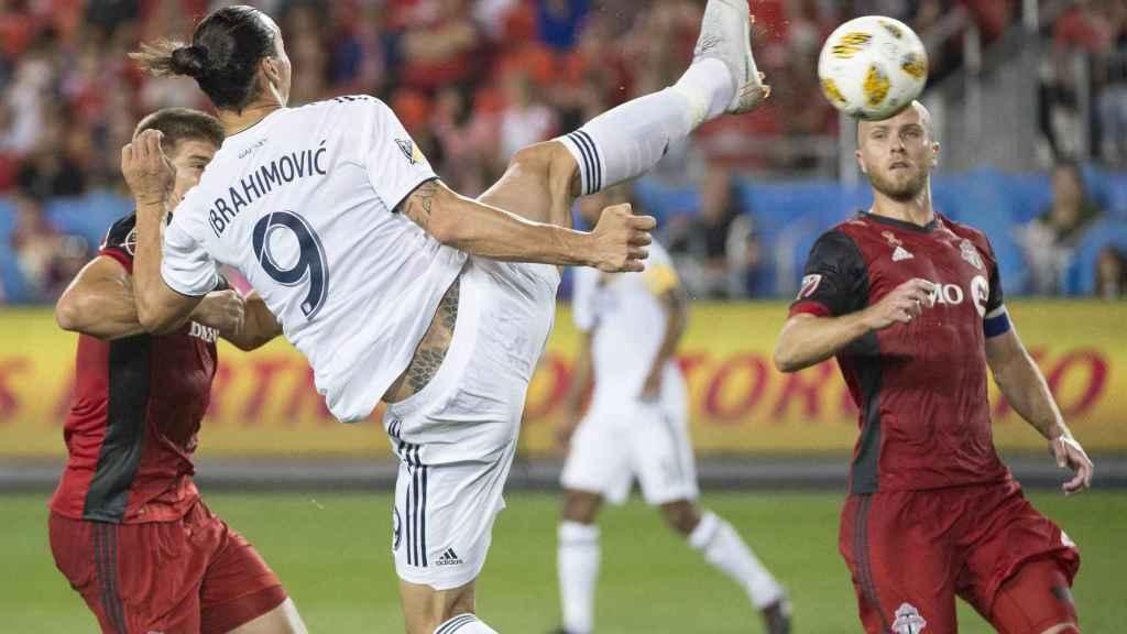 Ibrahimovic anota su 500 gol de su carrera con una obra de arte